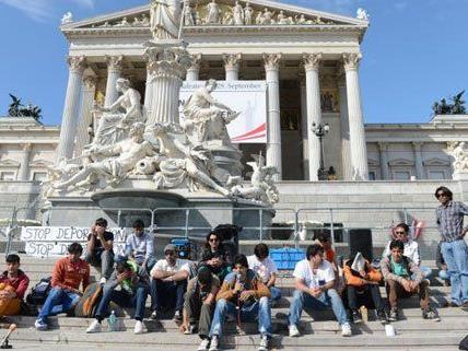 Derzeit sitzen die Asylwerber auf den Stufen des Parlaments.