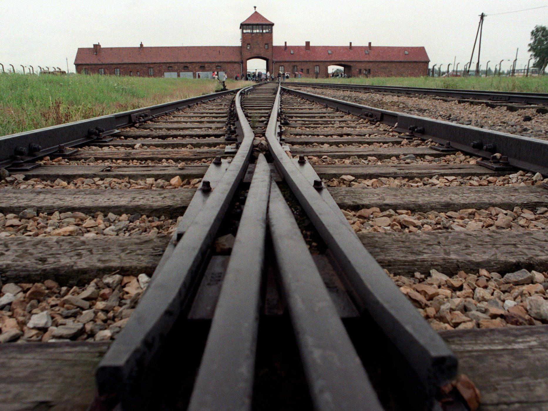 Heute 93-jähriger, ehemaliger KZ-Wächter wegen Beihilfe zum Mord angeklagt.