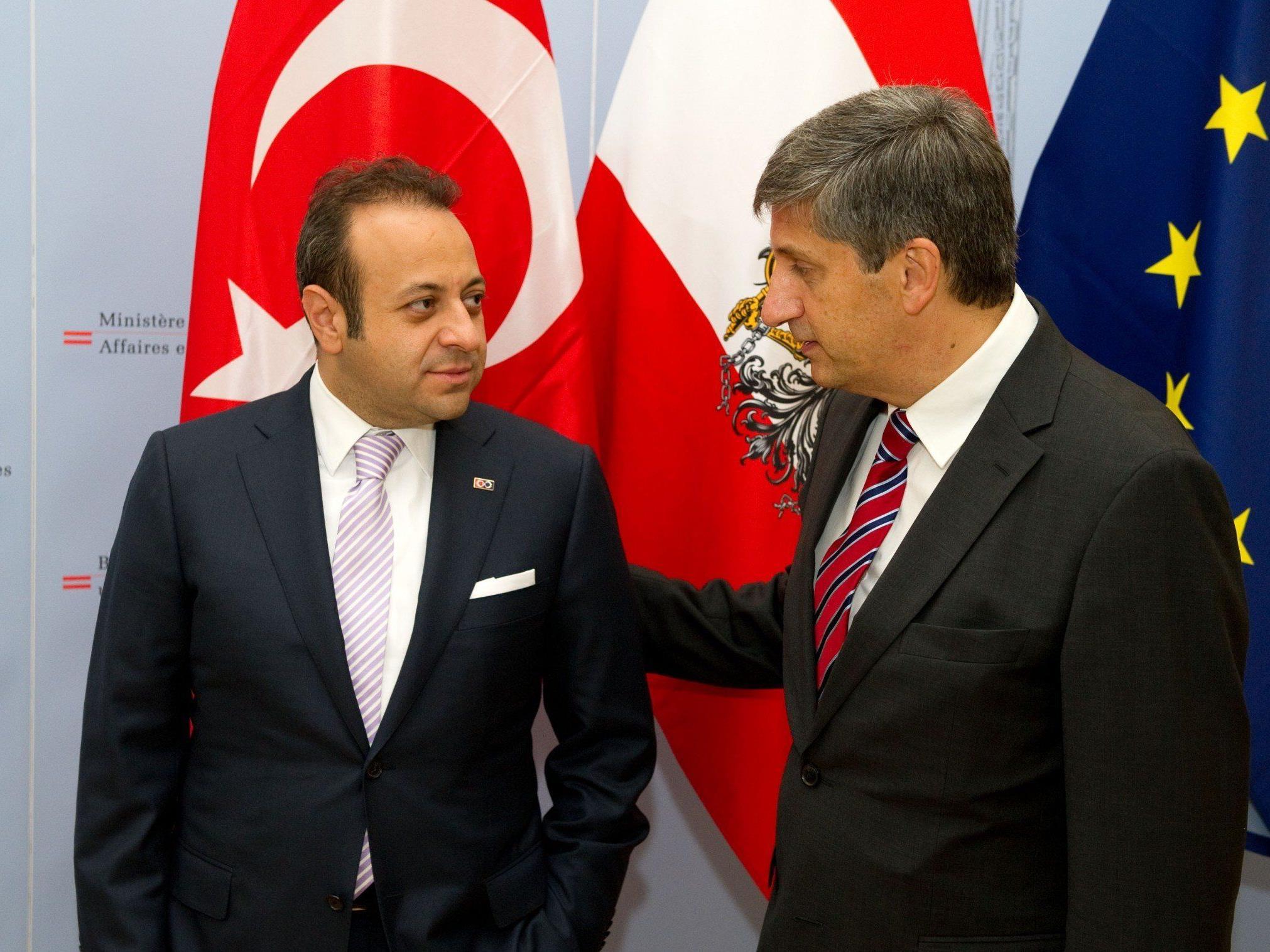 Bagis (l.) bei einem Besuch im Außenministerium im Jahre 2011.