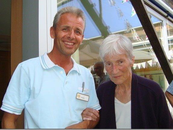 Martin Meusburger (links) mit einer zu betreuenden älteren Dame