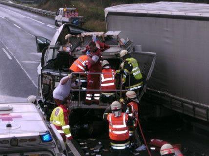 Zwei Lastwagen waren in den Unfall auf der A1 verwickelt.