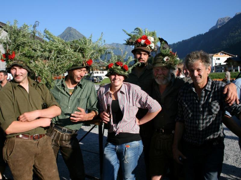 Peter Ritter (r.) lädt morgen nicht nur die Älpler zum Alpabtriebsfest bei der Ur-Alp ein.