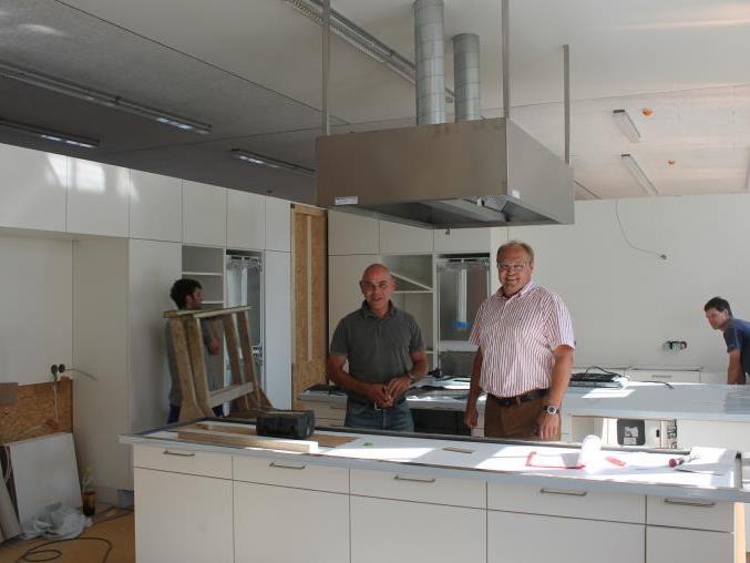 Bürgermeister Elmar Rhomberg und Projektleiter Dipl.-Ing. Martin Längle informieren bei einem Lokalaugenschein das Vorhaben.