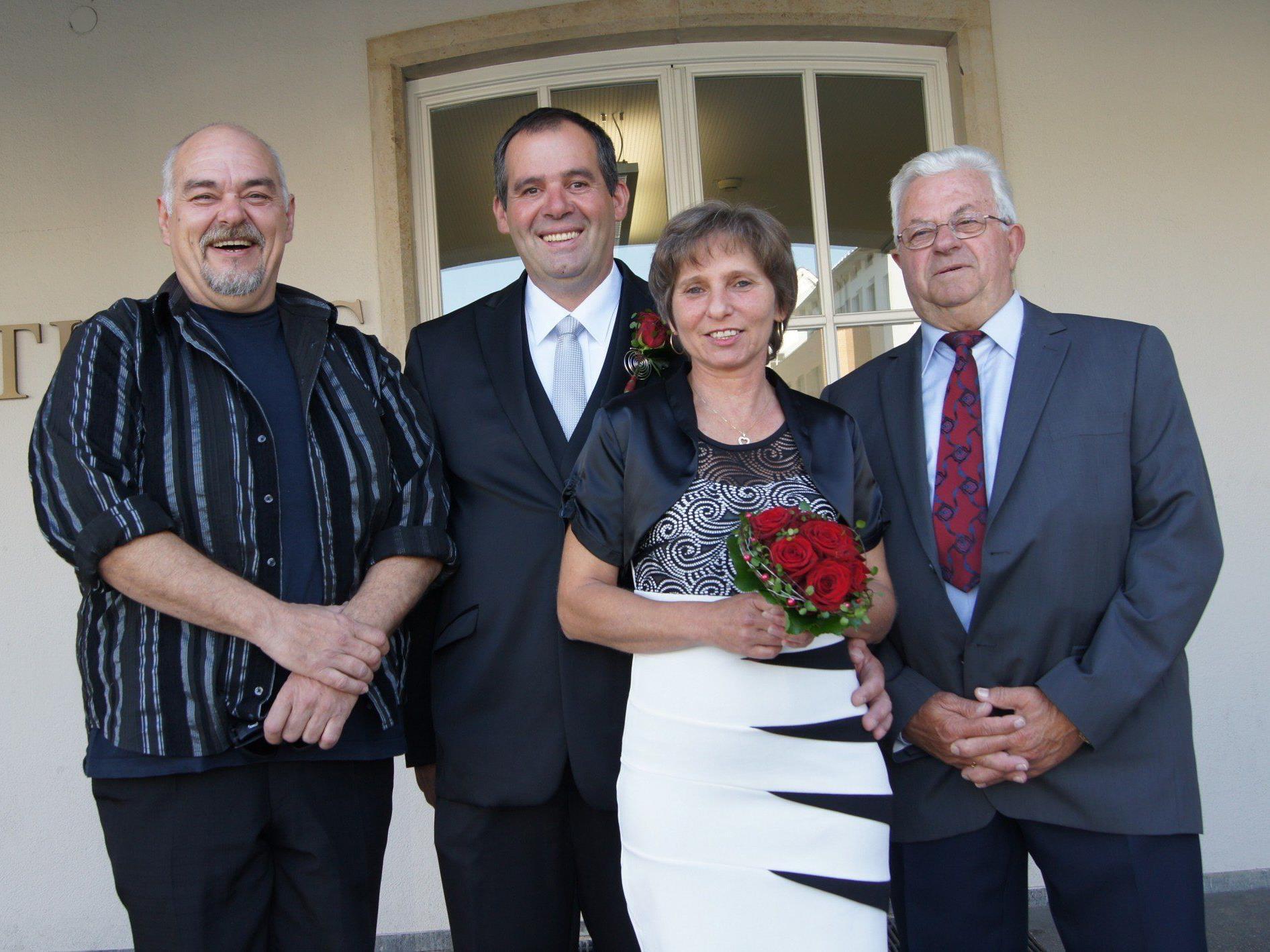 Das Brautpaar mit den Trauzeugen bei der standesamtlichen Trauung in Dornbirn