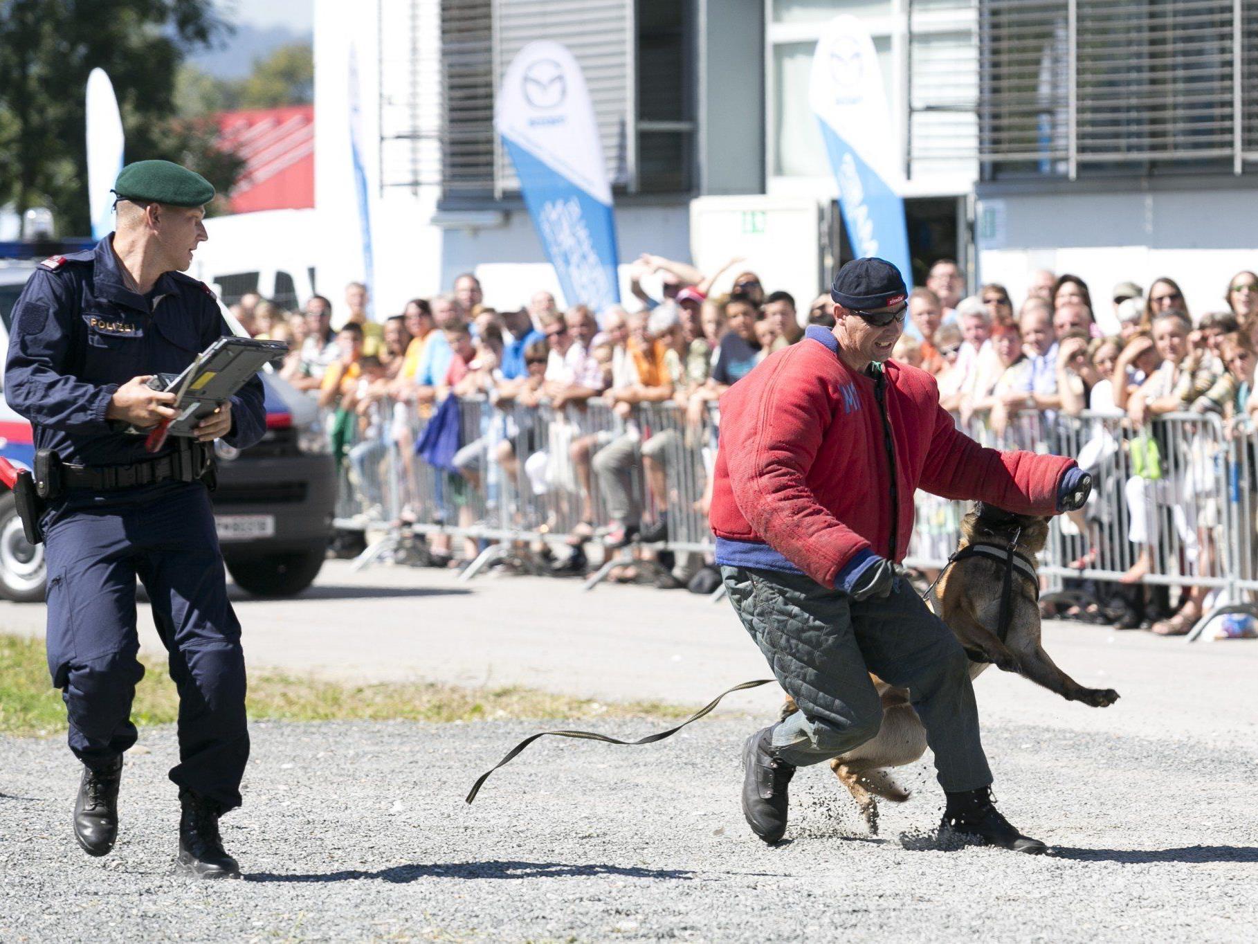 Täglich um 14 Uhr findet auf der Herbstmesse eine spektakuläre Show der Hundestaffel der Polizei sowie der Cobra statt.