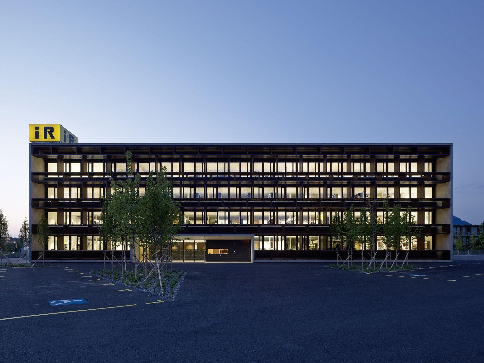 i+R Unternehmenszentrale.jpg: Vorzeigeprojekt in Sachen Nachhaltigkeit: Die neue Firmenzentrale der i+R Gruppe in Lauterach erhielt im Rahmen der internationalen LEED-Zertifizierung als erstes und einziges Bürogebäude Österreichs die höchste Auszeichnung in Platin.