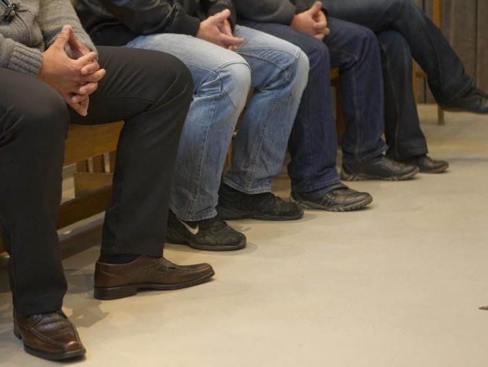 Die vier Wachebeamten saßen bereits im Mai erstmals auf der Anklagebank. Damals war der Prozess geplatzt.
