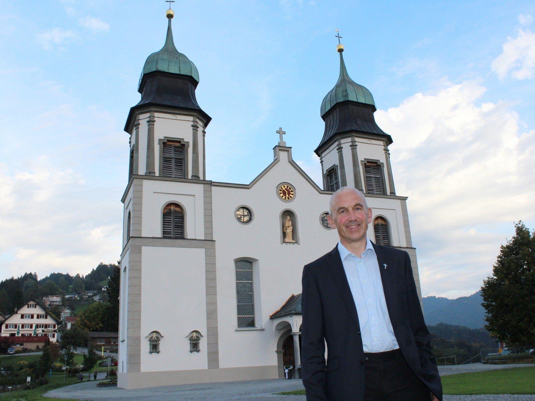 Pfarrer Paul Burtscher vor der neu renovierten Bildsteiner Kirche.