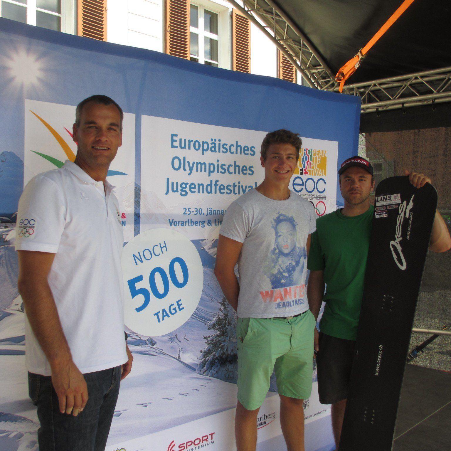 v.l. Dieter Dubkowitsch, Geschäftsführer EYOF Vorarlberg Liechtenstein 2015, und die beiden Snowboarder Alessandro Hämmerle und Markus Schairer am Kirchplatz in Schruns, wo sich in exakt 500 Tagen die ersten Sieger der Europäischen Olympischen Jugendspiele feiern lassen.