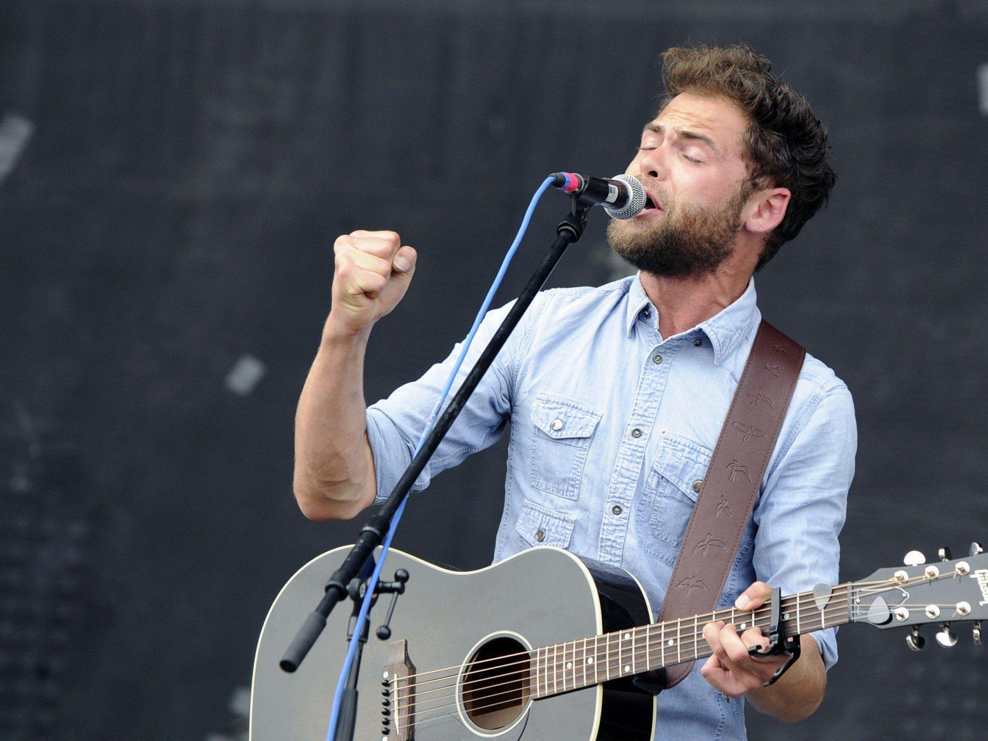 """Der britische Sänger Mike Rosenberg (Passenger) während eines Konzertes auf der """"Blue Stage"""" Bühne im Rahmen des """"Nova Rock 2013"""" Festivals"""