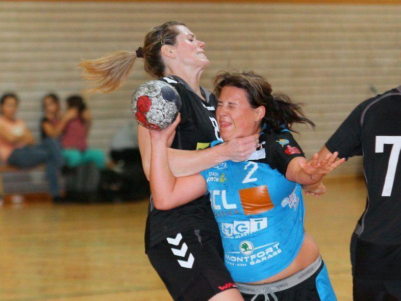 Sandra Ströhle mit viel Kämpferherz im Zweikampf mit einer Spielerin von Hypo Niederösterreich.