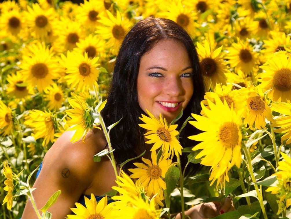 Blumen-Mädchen Michaela aus Bregenz freut sich über die sommerlichen Temperaturen.