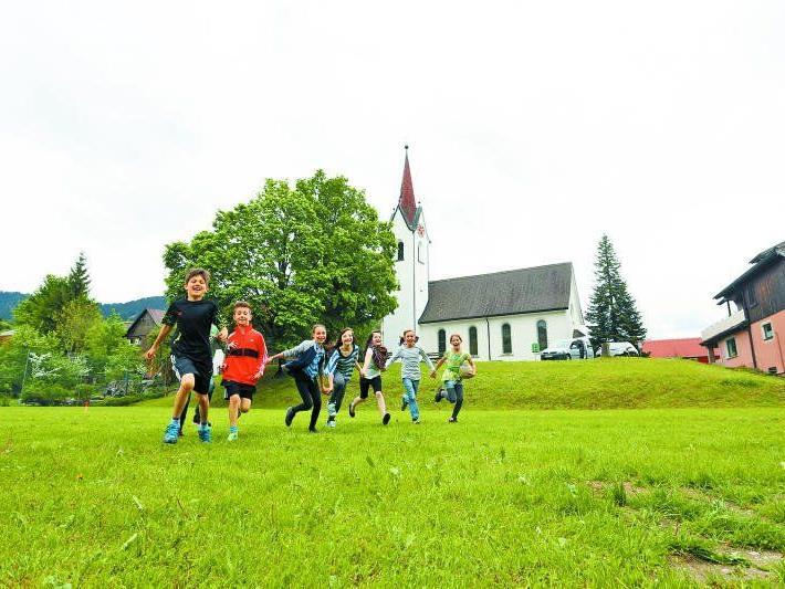 Nicht nur die Kinder verbringen gern ihre Freizeit auf dem Sportplatz mitten im Dorf. Hier treffen sich Jung und Alt.