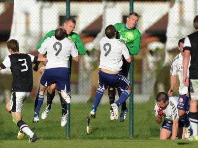Schwere Kopfverletzungen erlitt FC Götzis-Torjäger Krstic nach einem Zusammenstoß mit FC Schlins-Goalie Dreier.
