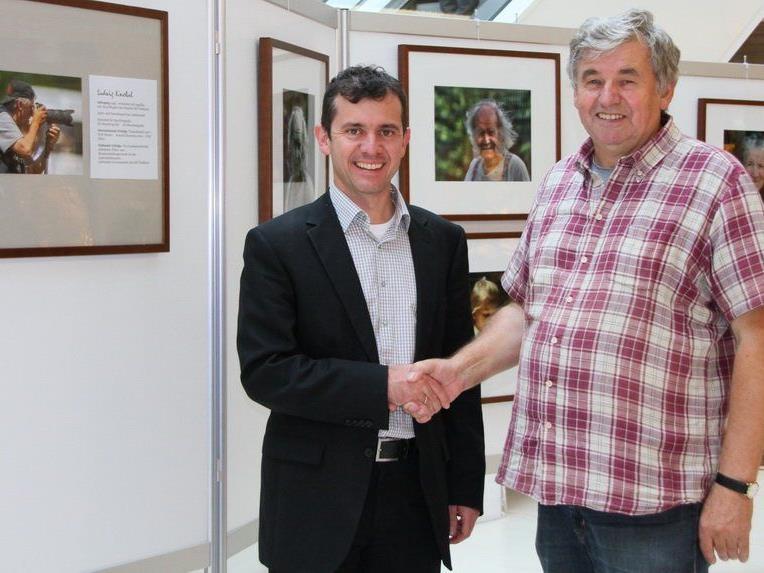 Rankweil Bürgermeister Martin Summer hat die Fotoausstellung Best of Luggi Knobel im Vinomnacenter eröffnet.