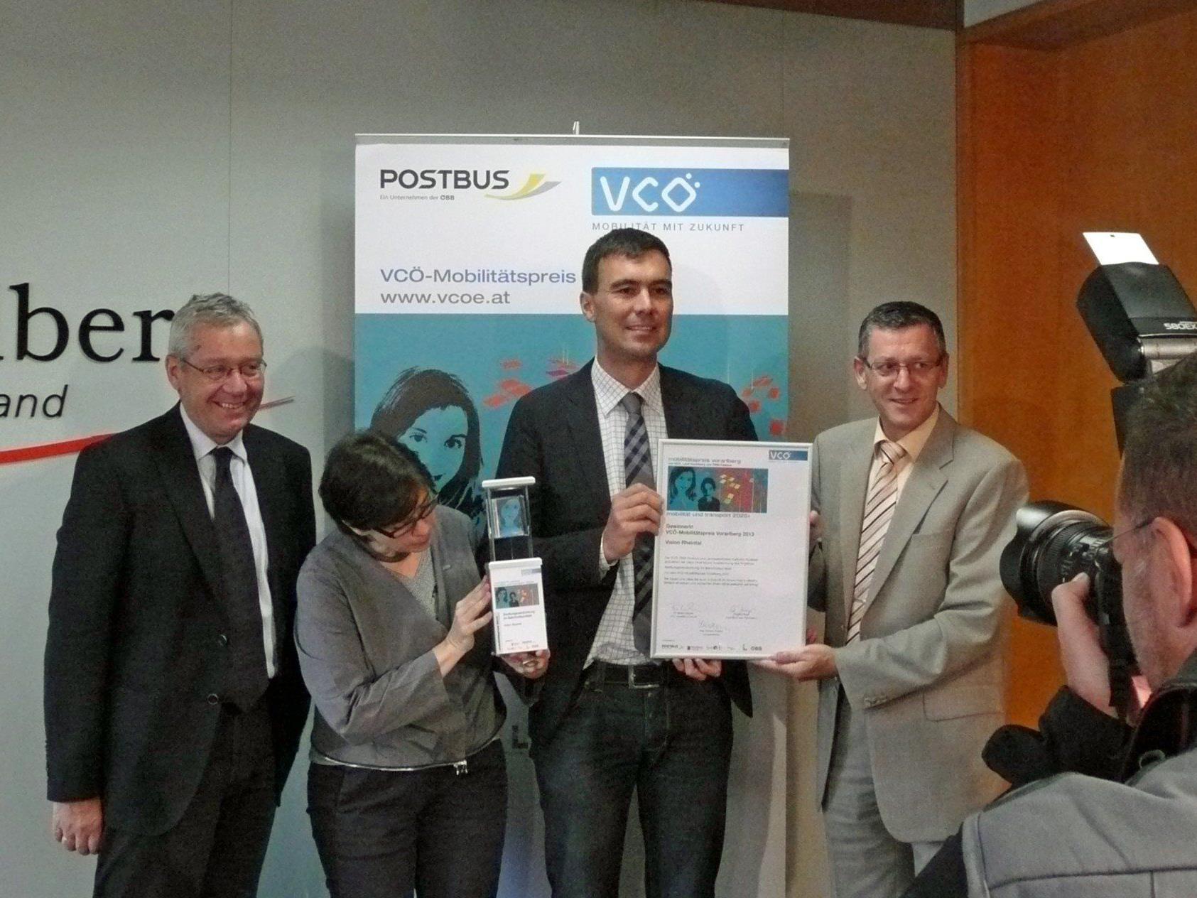 Gemeinsam mit Landesstatthalter Rüdisser und ÖBB-Postbus-Regionalmanager Mayer überreichte VCÖ-Expertin Bettina Urbanek den Preis an Projektleiter Martin Assmann.