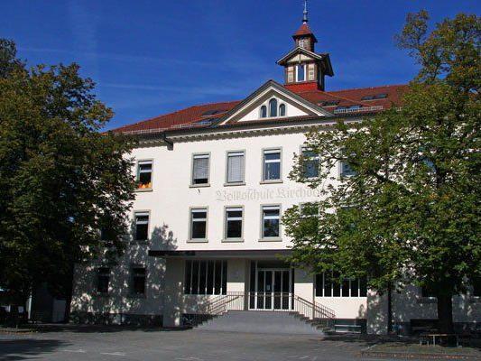 Die Volksschule Kirchdorf in Lustenau wurde von der Polizei vollkommen abgeriegelt.