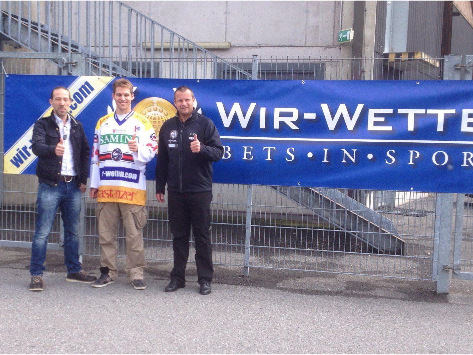 VEU Feldkirch Geschäftsführer Michael Lampert mit dem neuen Sponsor und VEU-Spieler Draschkowitz.