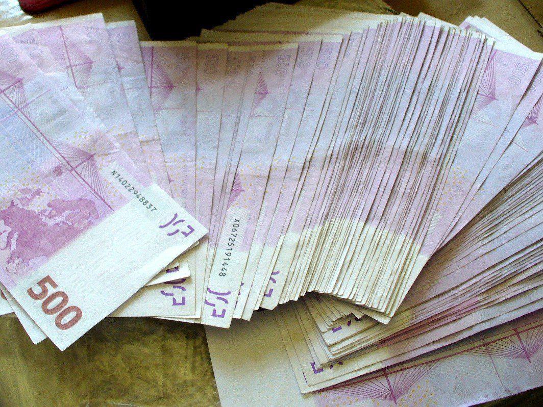 Bei einer Kontrolle fanden die Zollbeamten 50.000 Euro in der Handtasche einer Seniorin.