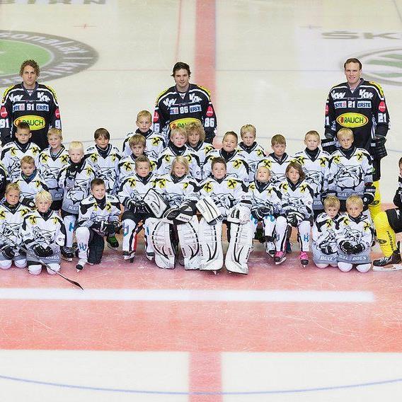 Schnuppertraining in den Herbstferien im Eisstadion und dabei das Eishockeyspielen erlernen.