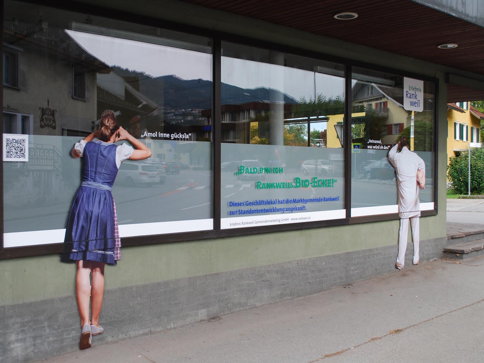 Die beklebten Schaufenster machen neugierig auf die Eröffnung