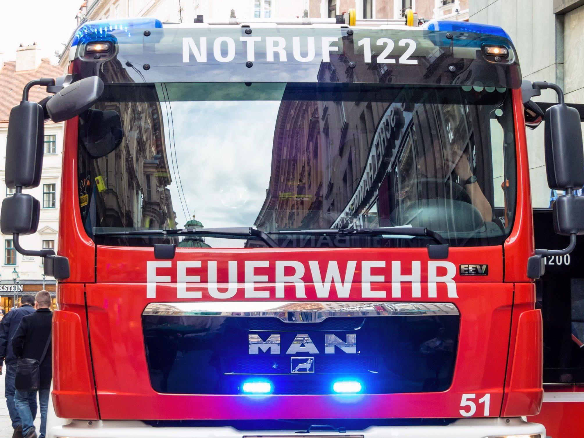In Tirol kam es zu einem Autobrand - die Insassen blieben unverletzt.