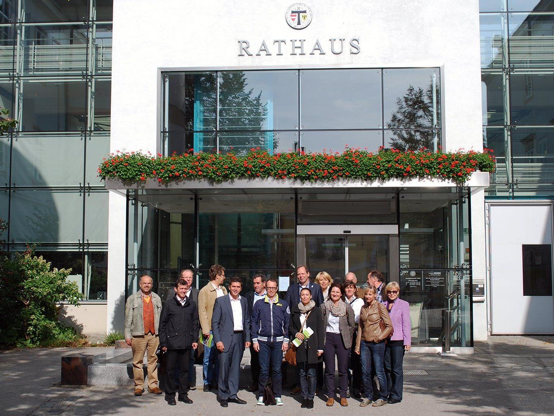 Die Exkursionsteilnehmer mit Bürgermeister Peter Eisenschenk vor dem Rathaus in Tulln.