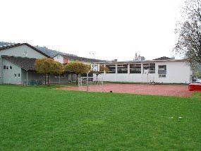 Der alte Gymnastiksaal (rechts) bei der Mittelschule wird durch eine Sporthalle ersetzt. Der vergleichsweise neue Turnsaal (links) bleibt bestehen.