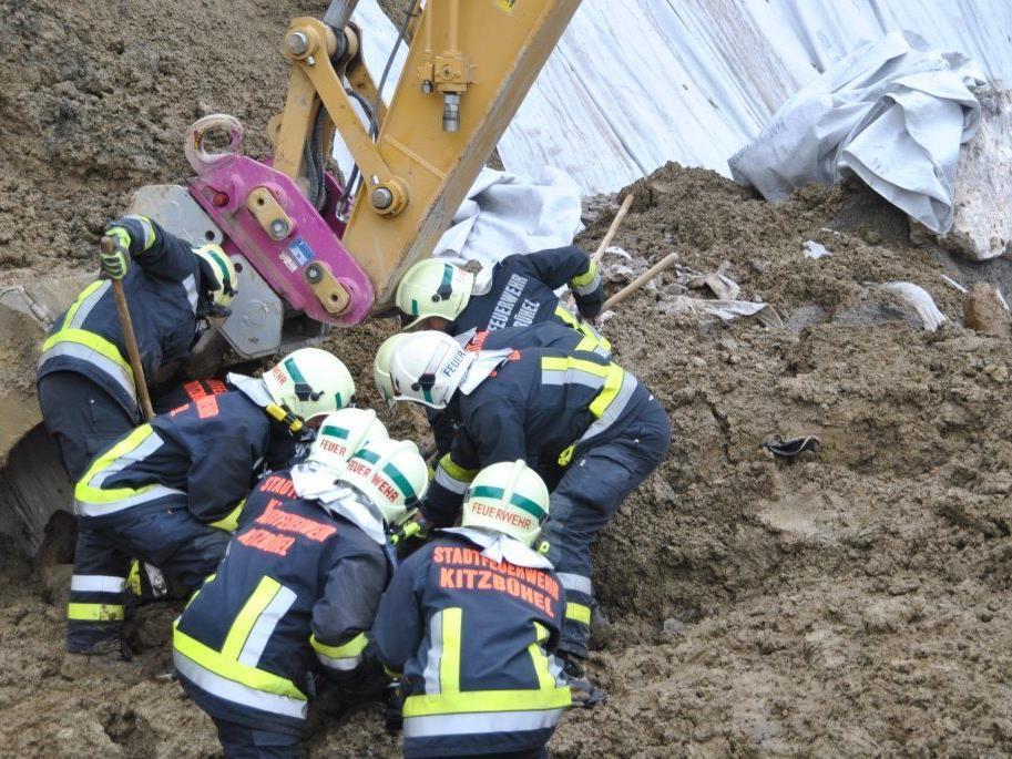 Feuerwehrmänner bergen den verschütteten Arbeiter.