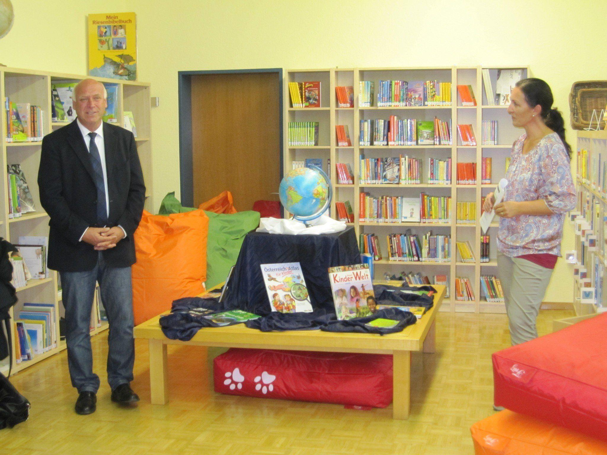 Bürgermeister Burkhard Wachter und Direktorin Evelyn Stoiser bei der offiziellen Eröffnung der neuen Schulbibliothek