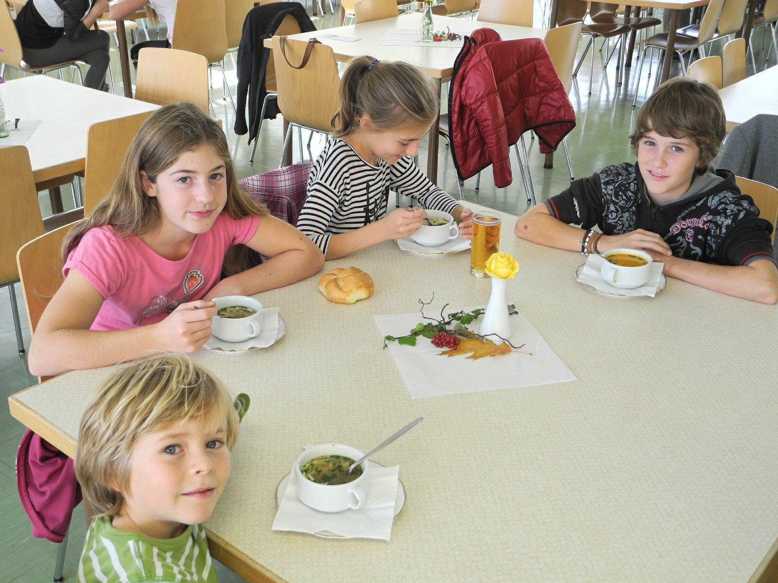 Über 200 Gäste. darunter zahlreiche Kinder kamen zum Suppentag ins Institut