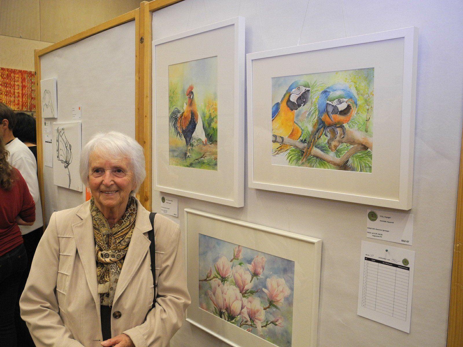 Eleonoren Sprenger, die älteste Teilnehmerin der Ausstellung vor ihren wunderschönen Bildern