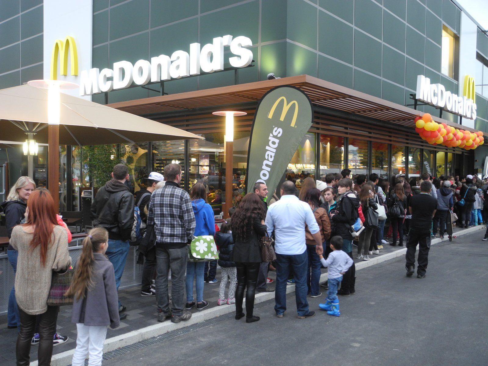Eine lange Schlange von wartenden Gästen bildete sich vor dem neune Mc Restaurant, sie mußten das Ende der Eröffnungsfeier abwarten