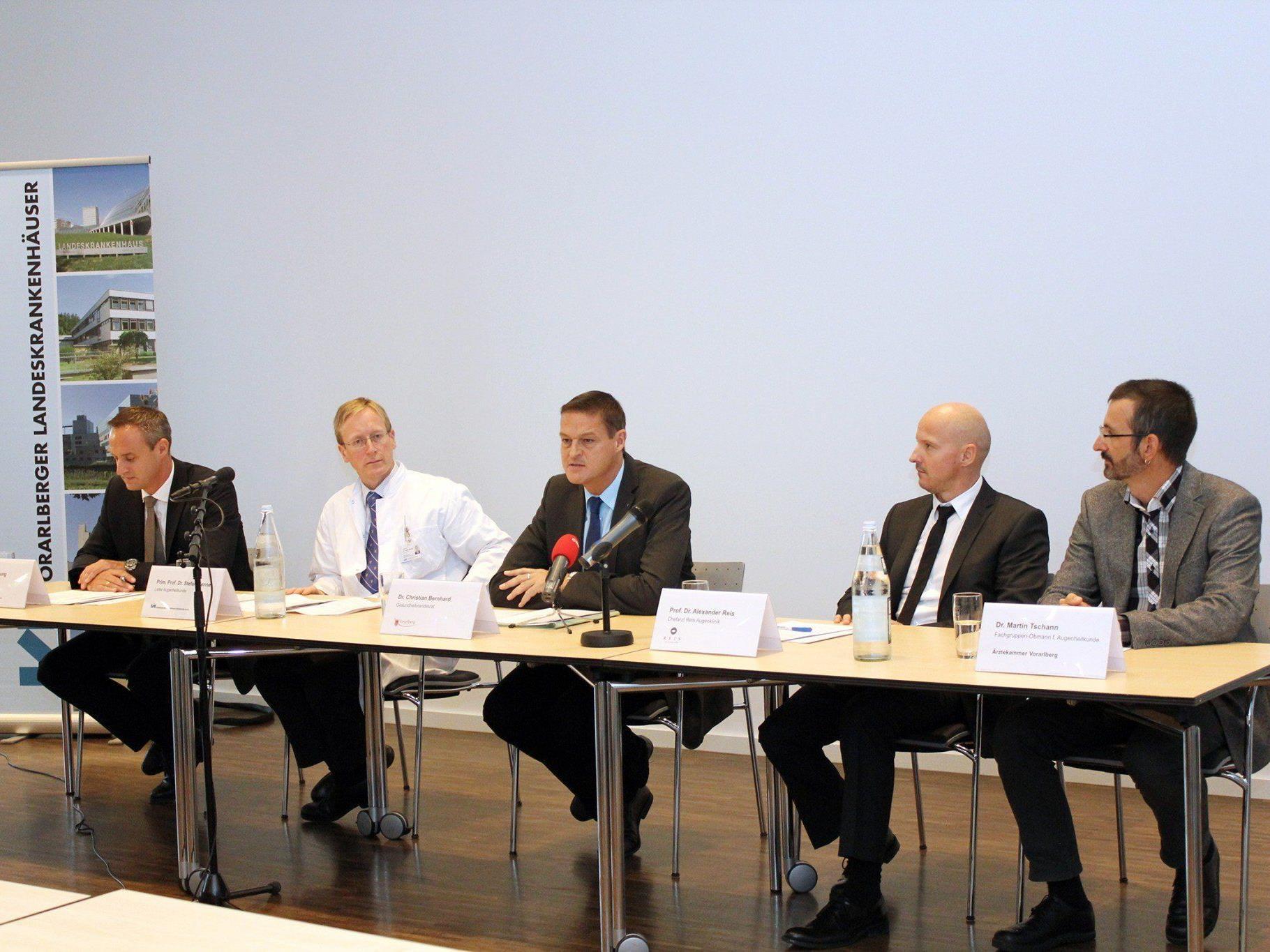 KHBG-Geschäftsführer Till Hornung, Primar Stefan Mennel, Landerrat Christian Bernhard, und die Augenärzte Alexander Reis und Martin (v. links) am Donnerstag bei der Präsentation des Maßnahmenpakets.