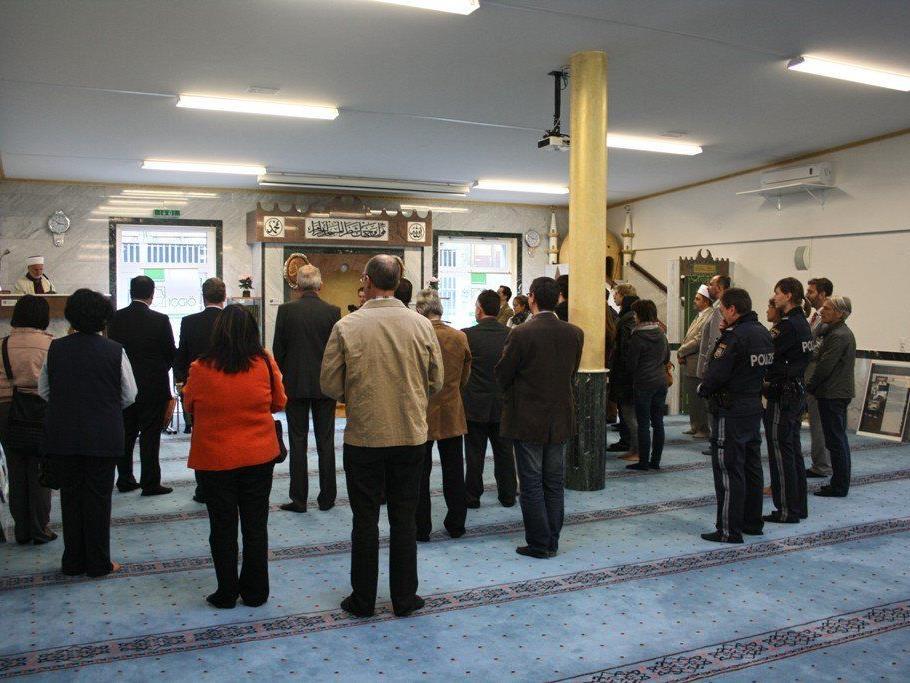 Zahlreiche Gäse aus Politik und Klerus waren zur Eröffnung des Tages der offenen Moscheen nach Levid gekommen