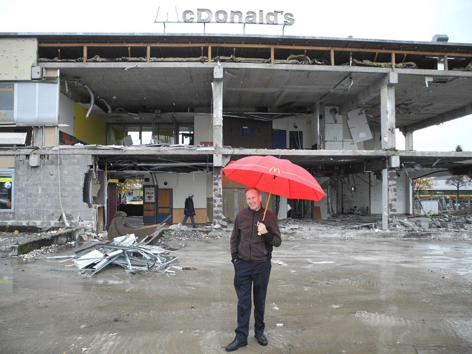 Loek Versluis, der Franchisenehmer von McDonald's, steht vor der Ruine seines ausgehölten Restaurants