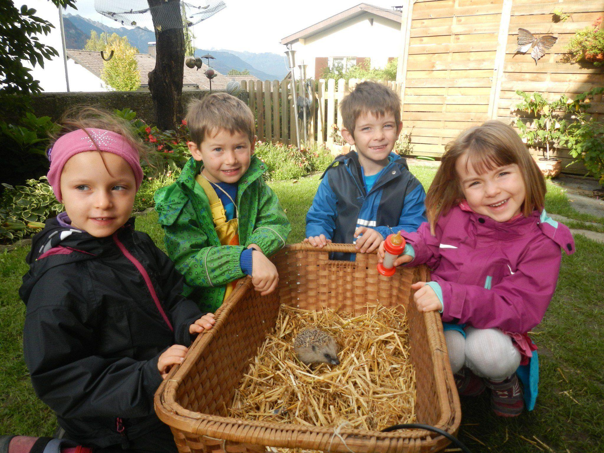"""Die """"Waldlüx"""" vom Bludenzer Waldkindergarten zu Besuch bei Anneliese Dalpez."""