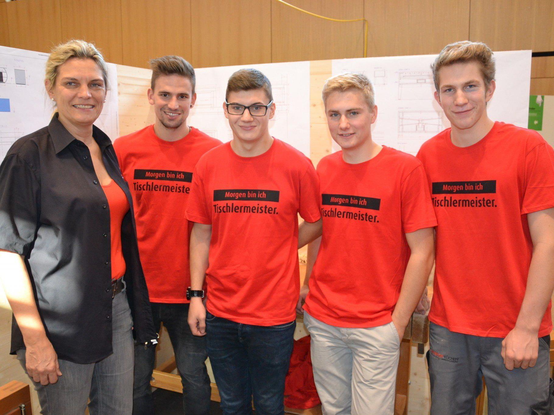 Auch die Tischlerlehrlinge waren bei der 1. Lehrlingsmesse in Altach vertreten: Gabi Längle (Tischlerei Längle), Andreas, Robin, David & Daniel