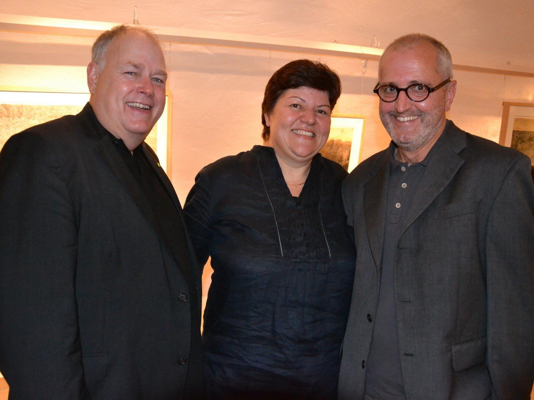 Galerist Mag. Christoph Kurzemann mit Margit und dem Künstler Norbert Pümpel