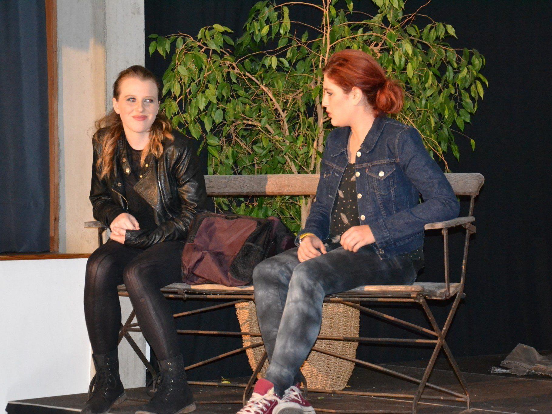 Die beiden Freundinnen Jessie und Angie planen den Überfall bis ins Detail...
