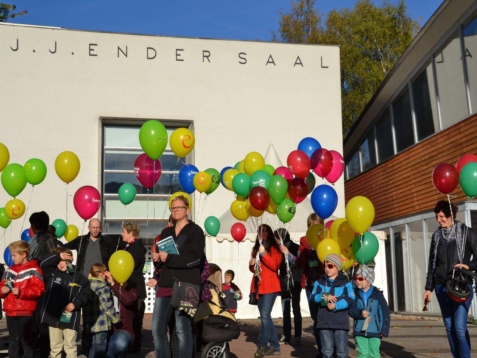 """Mit dem Luftballonstart vor dem Ender Saal wurde die Aktion """"Mäder liest"""" eröffnet!"""