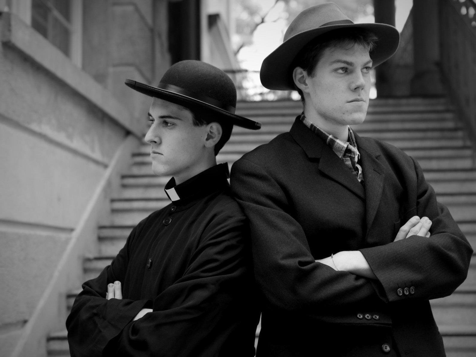 Don Camillo (Gabriel Steiner) und Peppone (David Lins) gelangen auf unterschiedlichen Wegen an dasselbe Ziel.