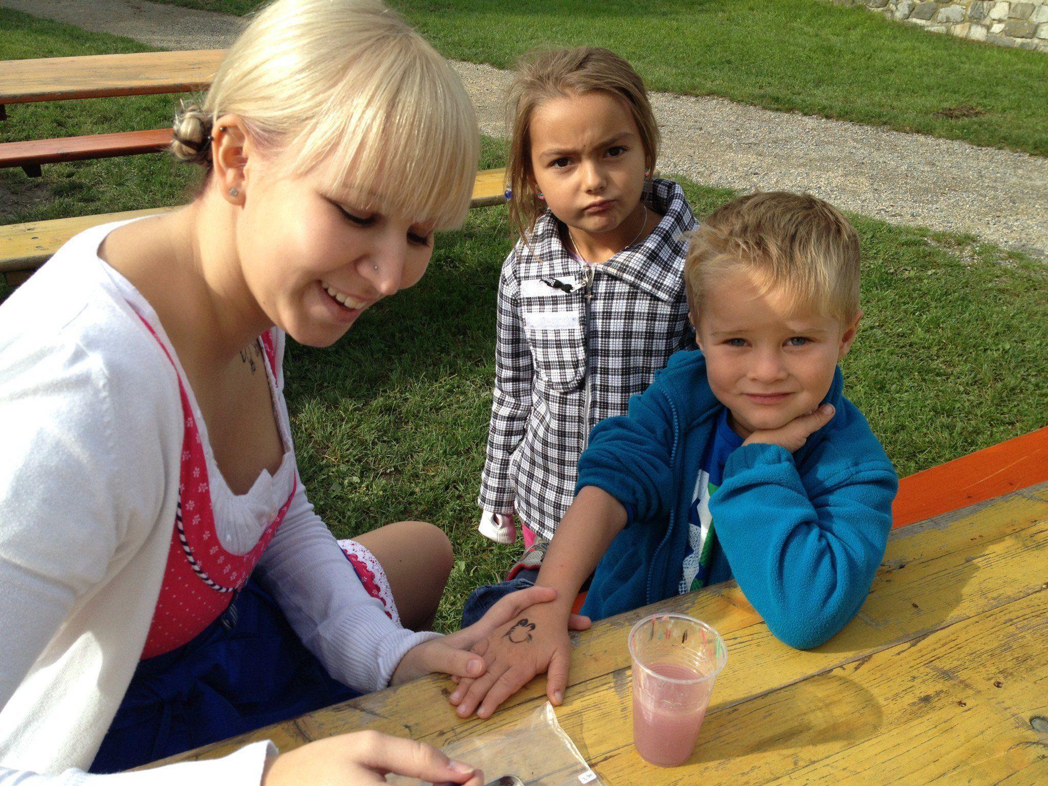 Die Kindergartenpädagoginnen lassen sich für den Herbstmarkt wieder allerlei Kreatives einfallen.
