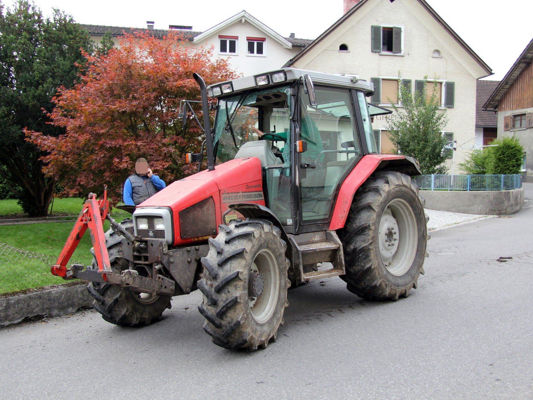 Traktor fuhr in Hausgarten.