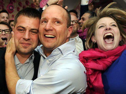 Große Freude bei Matthias Strolz (M.) und Beate Meinl-Resinger (R.) über den Wahl-Ausgang