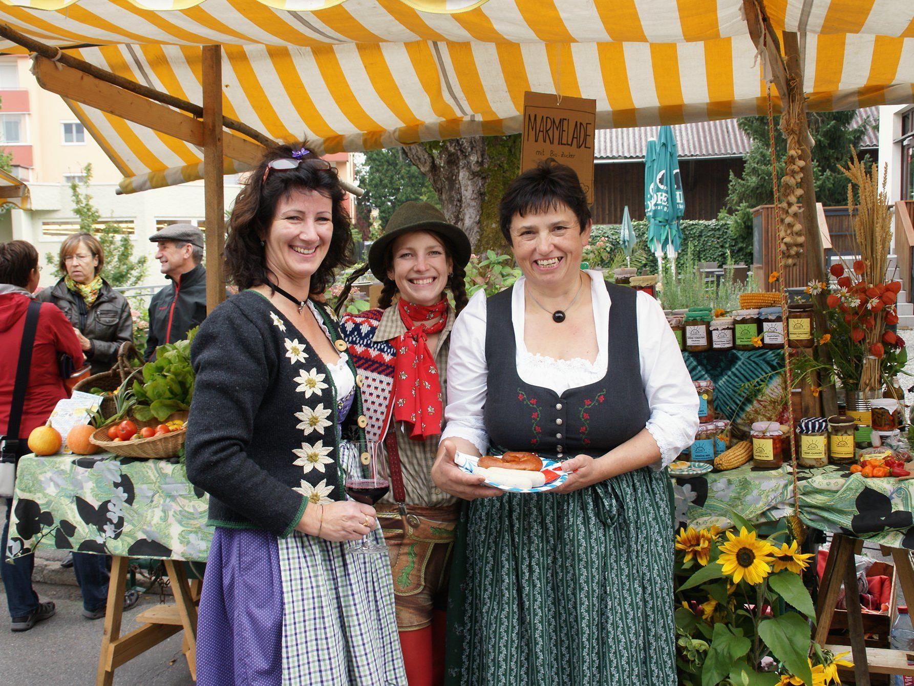 Der dieswöchige Wochenmarkt präsentierte sich so zünftig wie Theresia und Angelika.
