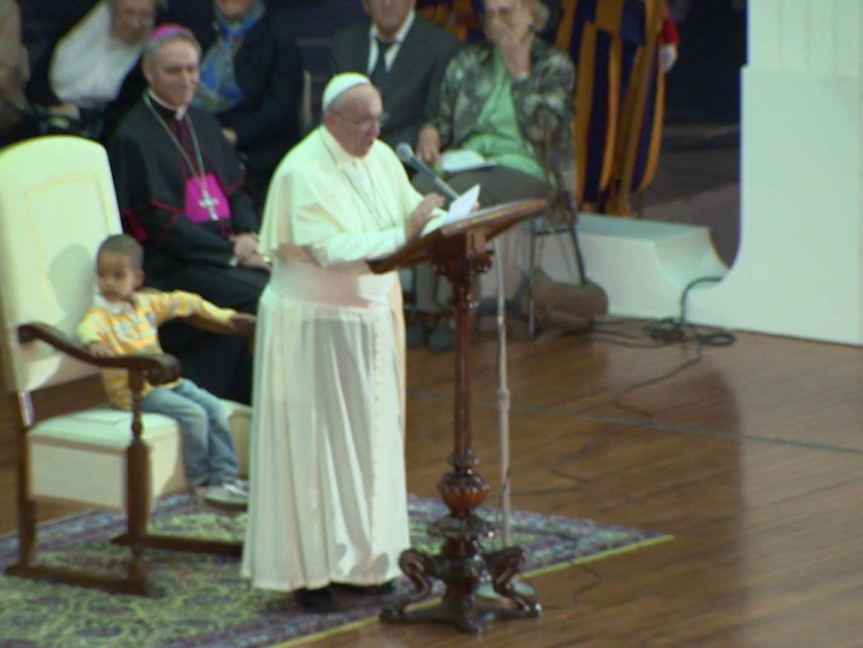 Pontifex tätschelte den Kopf des Kindes, das nicht mehr von seiner Seite weichen wollte.