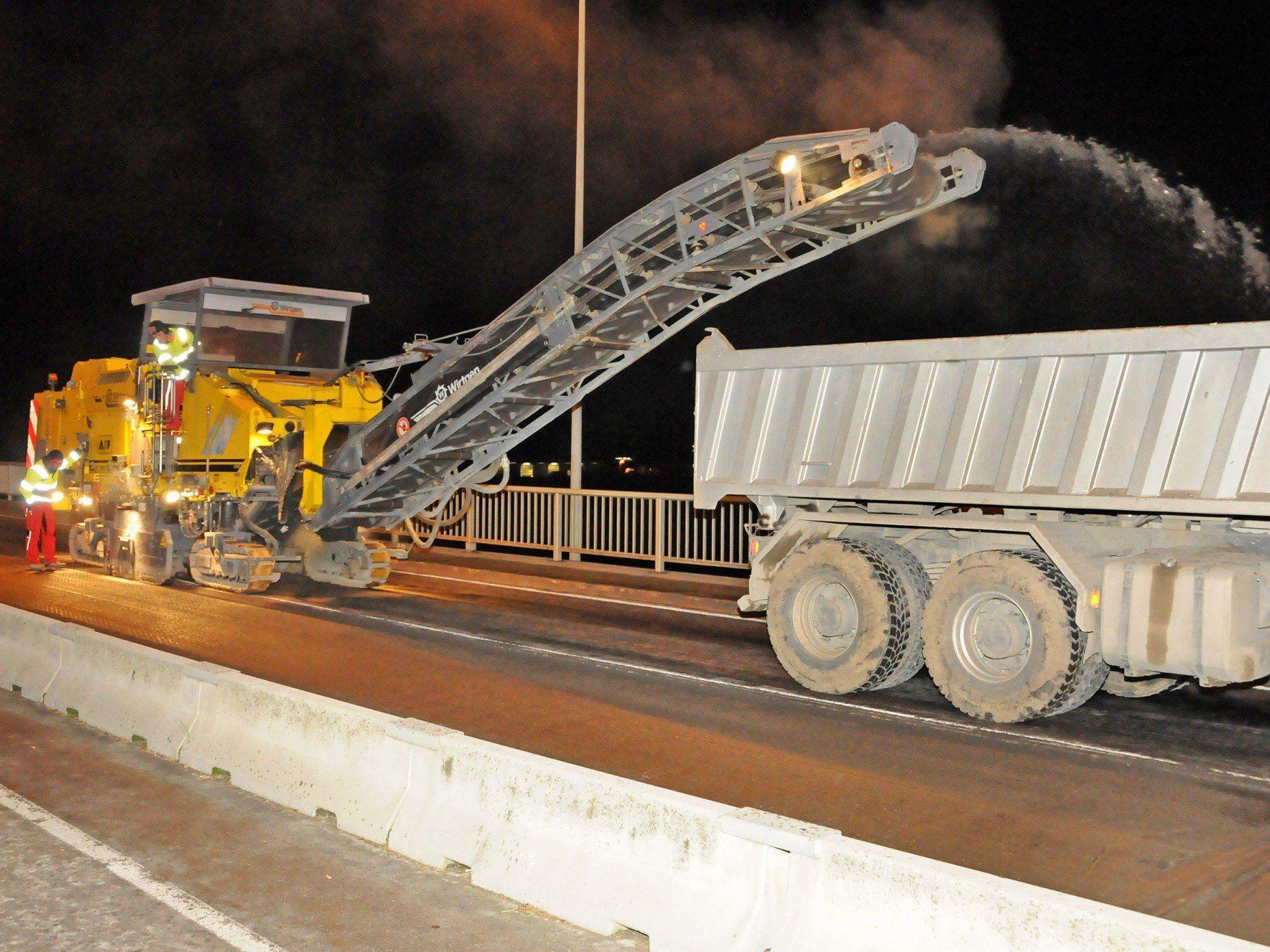 Der Belag der Fahrbahn über die Rheinbrücke Hard-Fußach wird abgefräst.