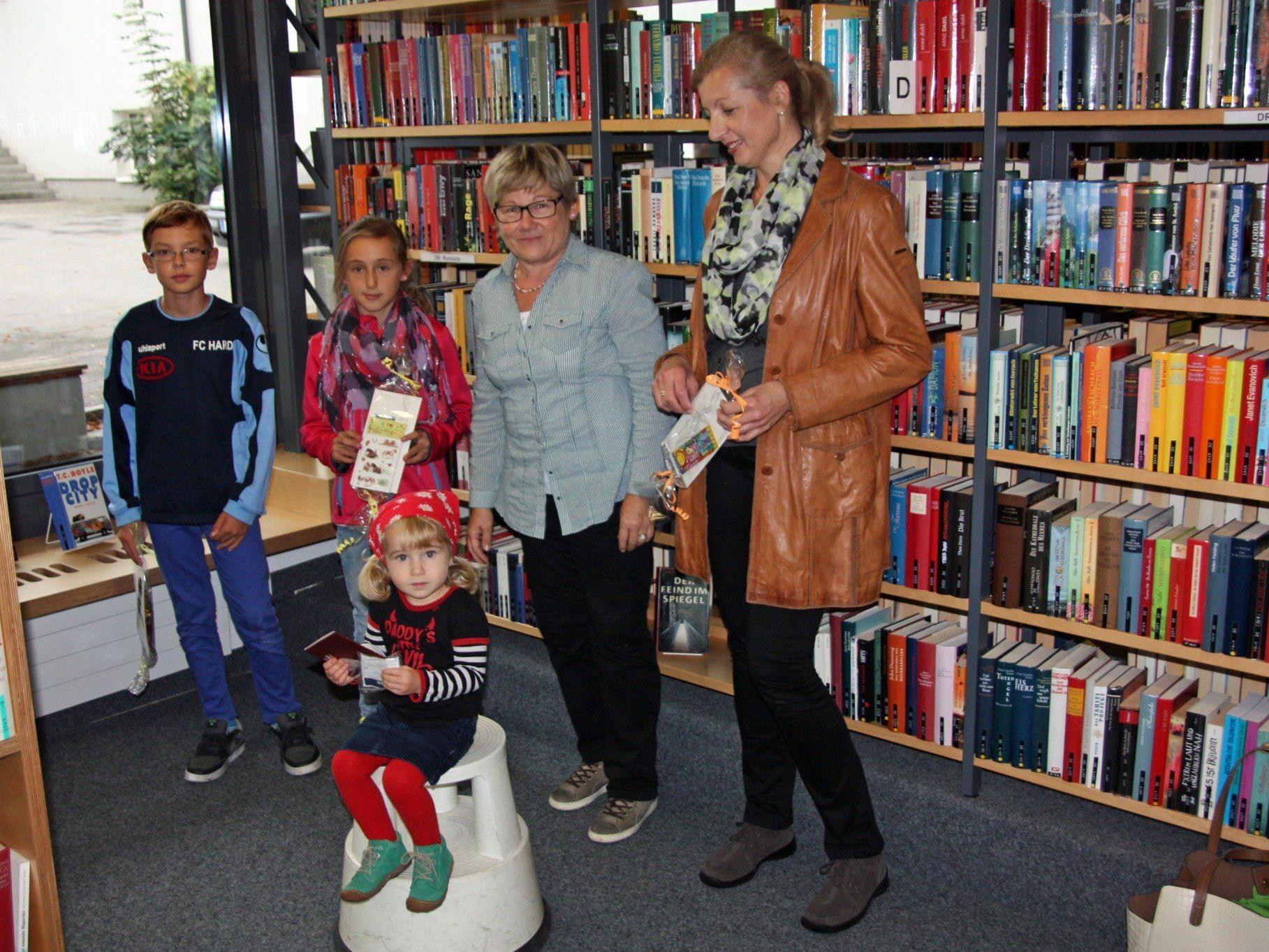 Die Büchereileiterin Gisela Rohner (Mitte) übergab den Gewinnern eine Jahres-Mitgliedkarte der Bücherei am Dorfbach.