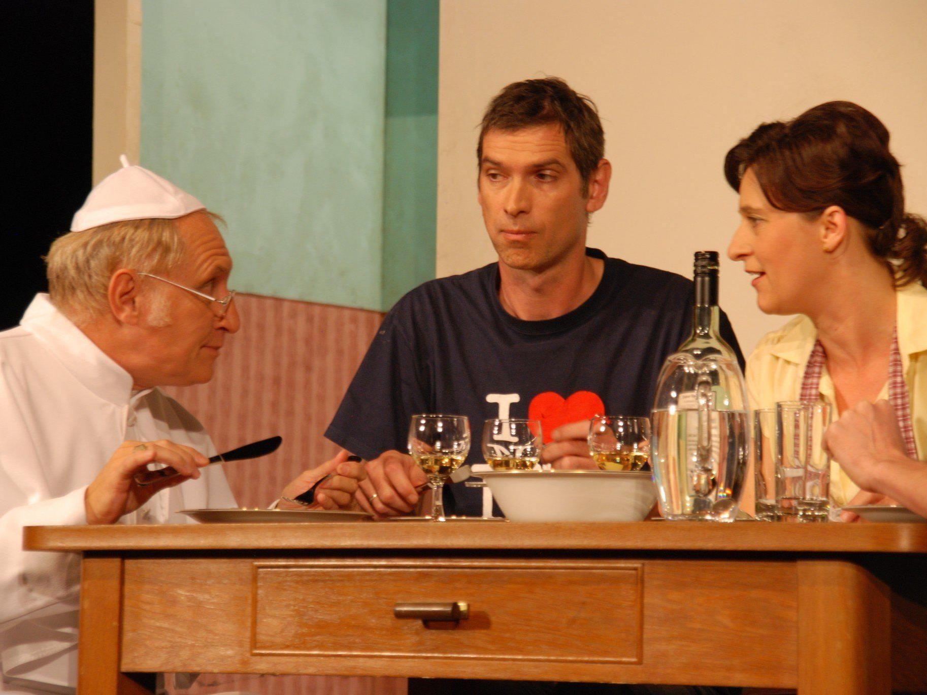 Papst Albert IV. fühlt sich bei koscherer Kost sehr wohl (Zuggal, Reiner, Klas).